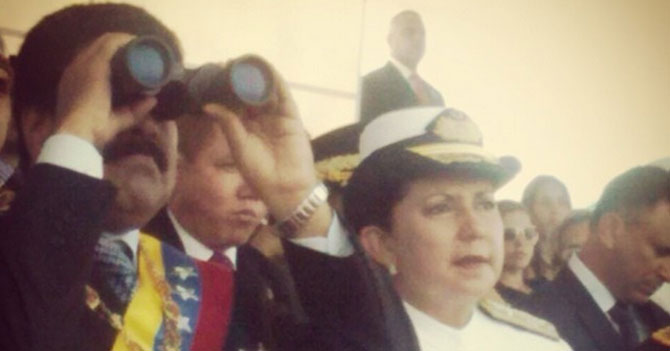 Barcos simulan batalla frente a señor que simula ser Presidente