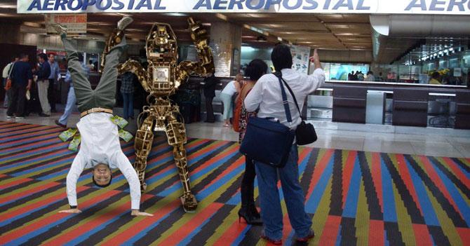 Aeropuerto de Maiquetía estrena robot que te pone de cabeza y te quita el dinero