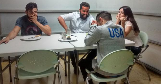 Empleados incómodos porque jefe se sentó a comer con ellos