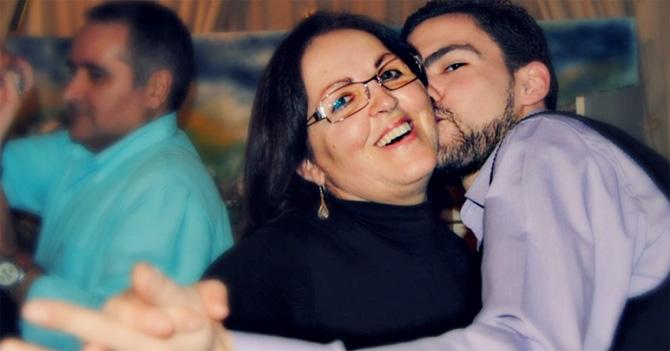 Adolescente se enfrenta a la dura tarea de bailar reggetón con su mamá