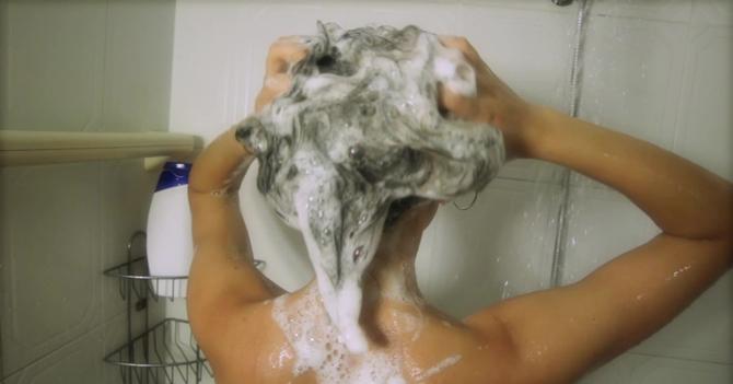 """""""Voy llegando"""" asegura joven que se está metiendo a bañar"""