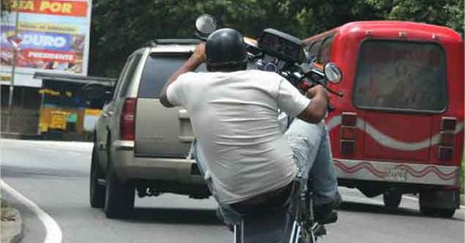 Motorizado irresponsable contento que hijo que se le cayó no es el favorito