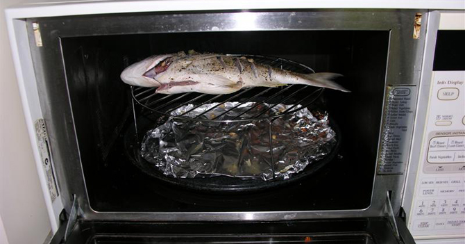 Tipo de la oficina que recalienta pescado en microondas supera en popularidad a Maduro