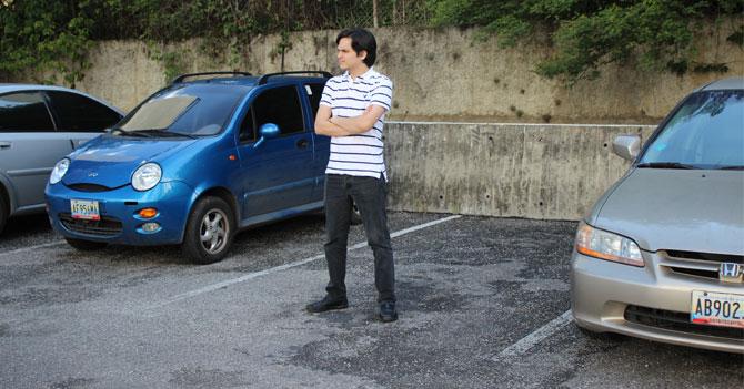 Hombre que guarda puesto de estacionamiento sigue siendo un mamagüevo