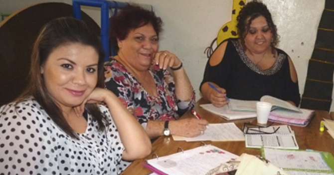 Maestras de preescolar se reúnen para hablar paja de Davidcito
