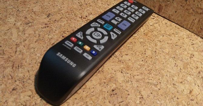 Control del TV se prepara para que le saquen las pilas y se las pongan al carrito a control remoto