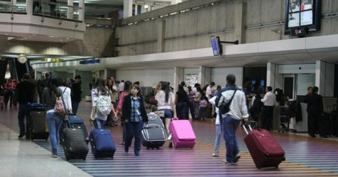 Familia llega con 3 semanas de anticipación a Maiquetía para llegar a tiempo a su destino