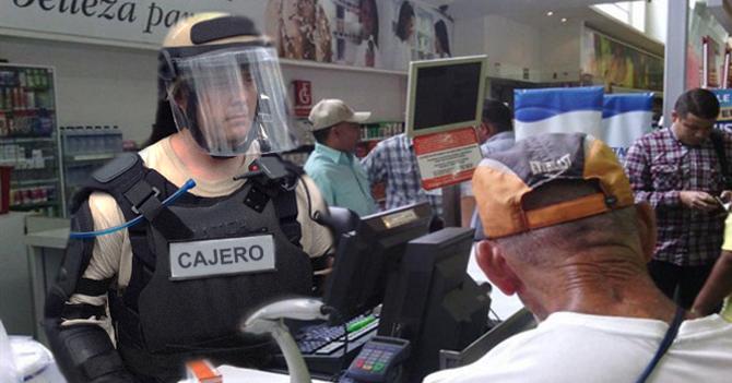Empleados de supermercados estrenan nuevo uniforme antidisturbios