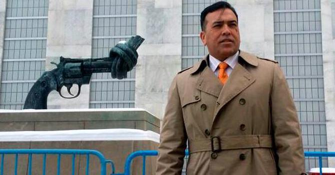 General Rivero reaparece en la ONU luciendo trenchcoat bellísimo