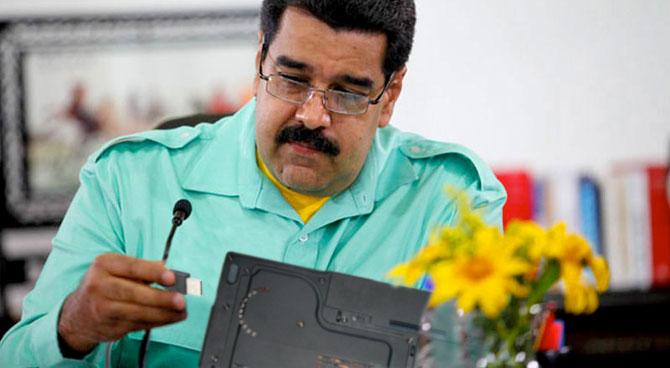 Luego de 8 intentos, Maduro logra conectar cable USB