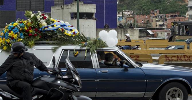 Autopistas estrenan canal de vehículos solo para caravanas funerales