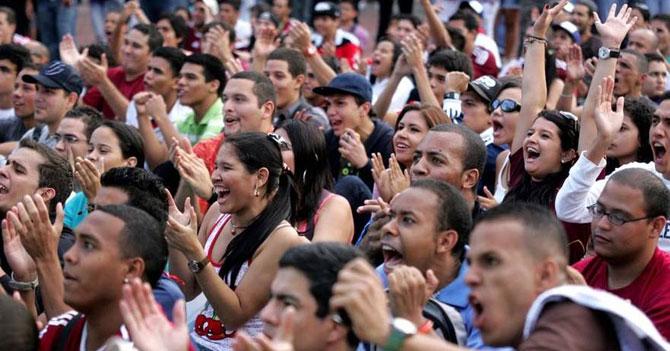 Fanáticos del fútbol nacional celebran que torneo finalmente terminó