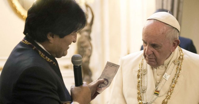 Evo Morales regala a Papa Francisco un billete de 2 bolívares