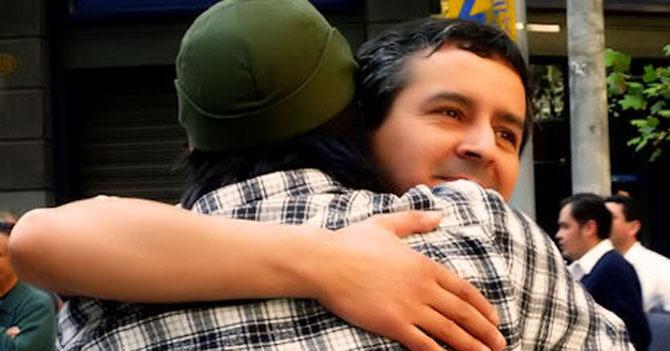 Jefe comienza a pagarle a sus empleados con abrazos y besos