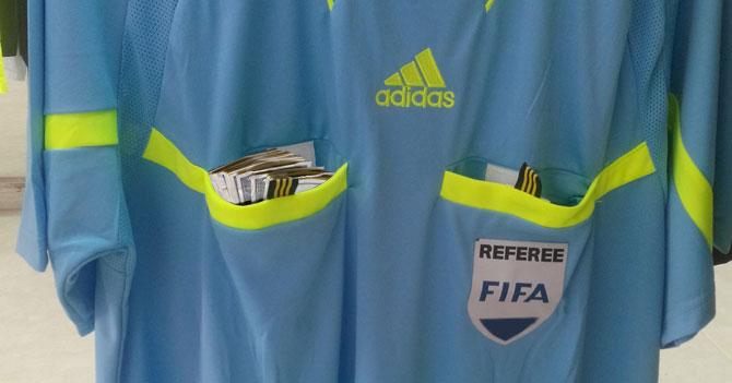 Adidas estrena uniforme para árbitros con bolsillos para sobornos