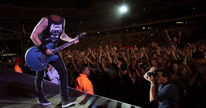 Dave Grohl pierde la cabeza en un concierto y sigue tocando