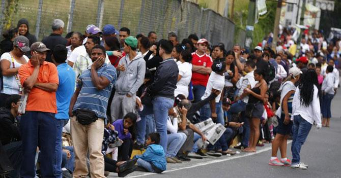 Estudio revela que 100% de los venezolanos está en una cola en este momento