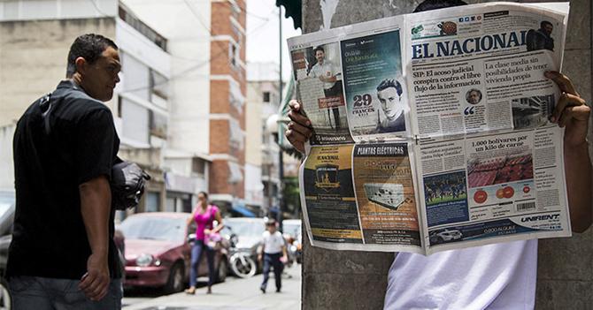 Venezolano lee sobre devaluación del peso mexicano y sonríe