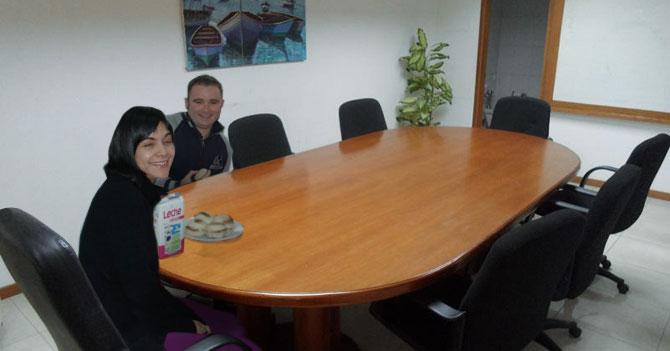 Empleado traslada familia a la oficina porque hay luz, agua y papel higiénico
