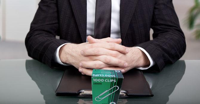 CRISIS: Corrupto acepta una caja de clips como pago por sus servicios