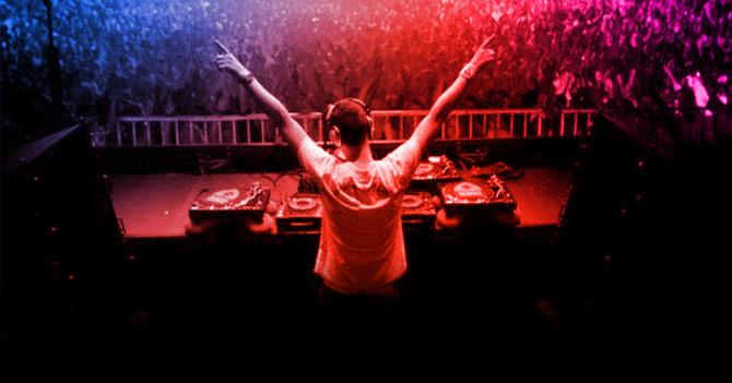 DJ levanta brazos por 2 horas y cobra 30 sueldos mínimos