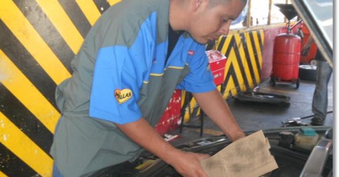 Señor cambia aceite de su carro con residuo de bolsa de empanada