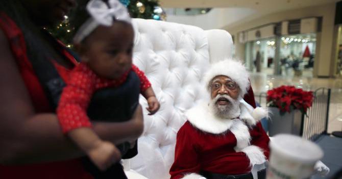 Santa Claus negro se pregunta por qué nadie quiere sentarse en sus piernas