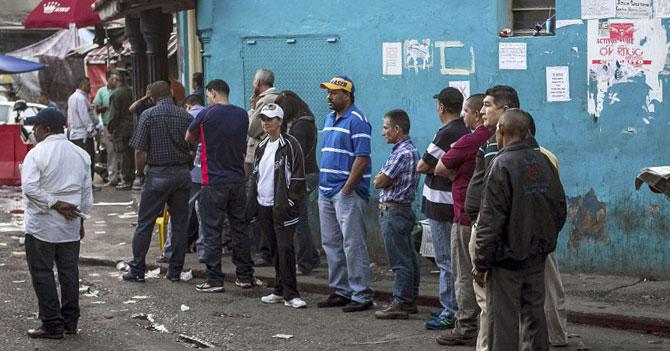 Bachaquero hace cola para votar por el PSUV y poder seguir siendo bachaquero