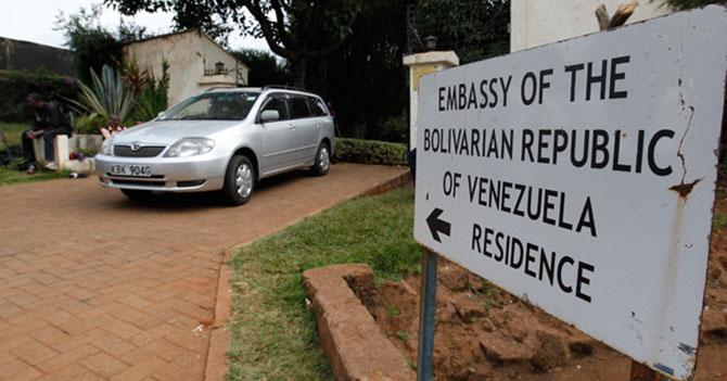 Ministro que renunció tranquilo porque sabe que lo que le viene es embajada, papá
