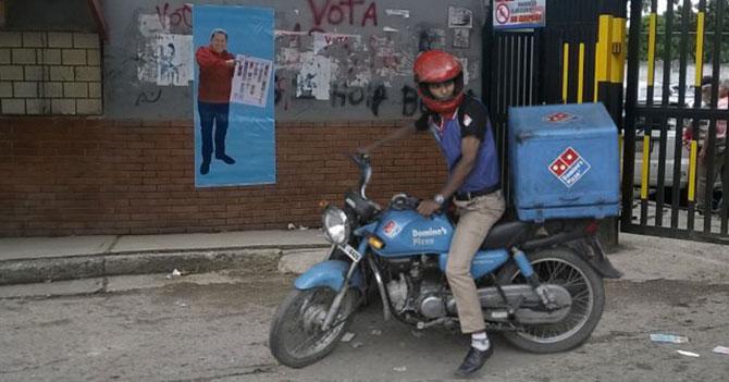 Motorizado de Domino's causa terror en centro de votación de Sascha Fitness
