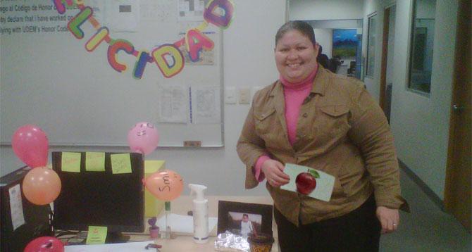 Maestra recibe en su día foto de una manzana