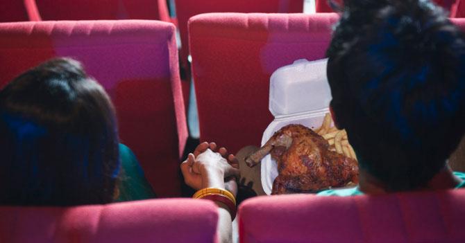 Precio de chucherías obliga a pareja a meter pollo en brasa a sala de cine