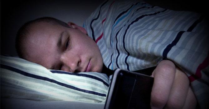 "Joven que dice a novia que va a dormir por Whatsapp, sigue ""En Línea"""