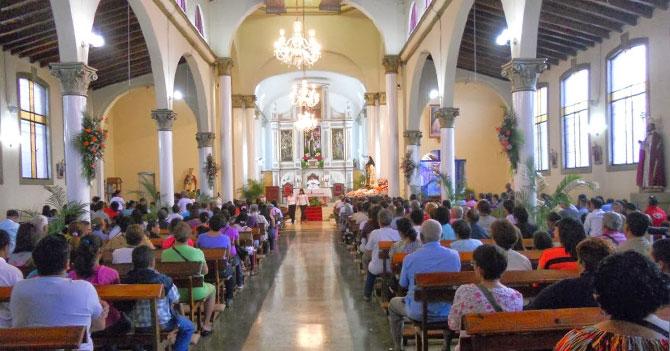 Católico flojo hace la popular visita de los dos templos y medio