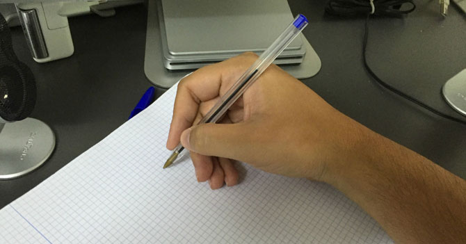 Despiden a empleado de Telesur por escribir con la mano derecha