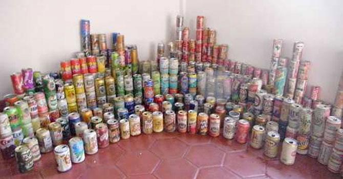 Por escasez de cerveza señor se toma colección de latas de 1980