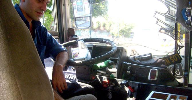 Autobusero se mira en el espejo y se siente más fuerte porque alguien lo envidia