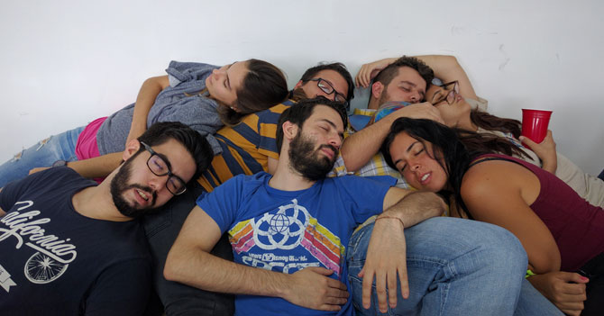 Para evitar hablar de política, amigos en reunión se acuestan a dormir