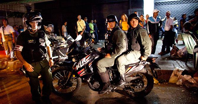 Joven asustado con ruido de moto se calma al ver que era un malandro y no un Guardia Nacional