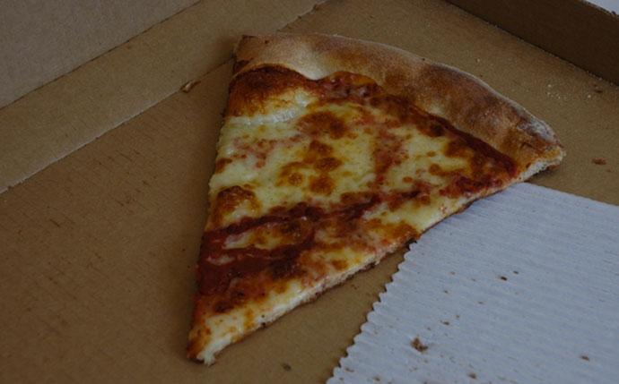 Tensión entre amigos crece mientras último pedazo de pizza sigue en la bandeja