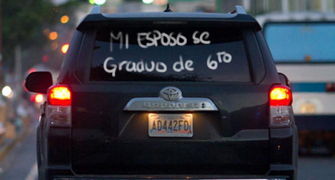 """Aparece letrero """"Mi esposo se graduó de 6to"""" en vidrio del carro presidencial"""