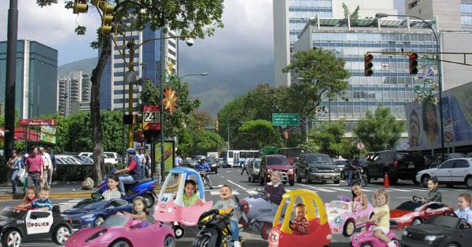 Caravana de graduados de preescolar causa embotellamiento en la ciudad