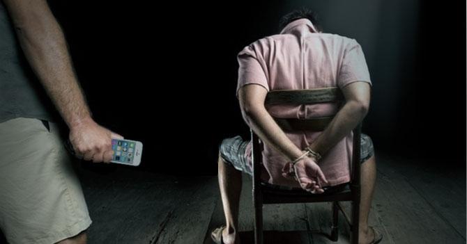 Secuestrador responsable obliga a víctima a escribirle a su mamá que llegaron bien al escondite
