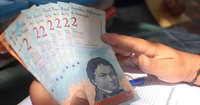 Joven pide quincena en billetes de dos para sentirse millonario