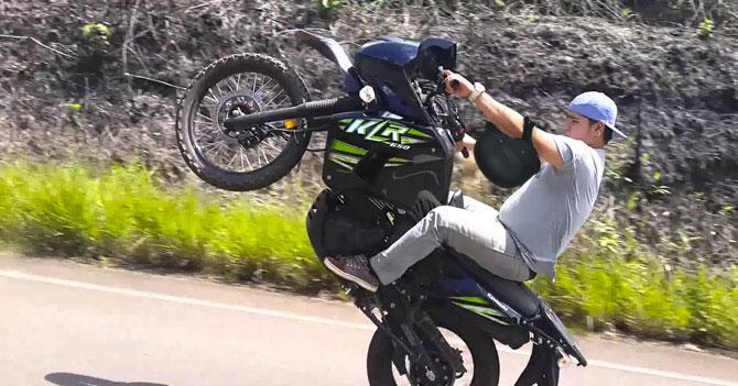 Motorizado salva su brazo gracias al casco colgado en el codo