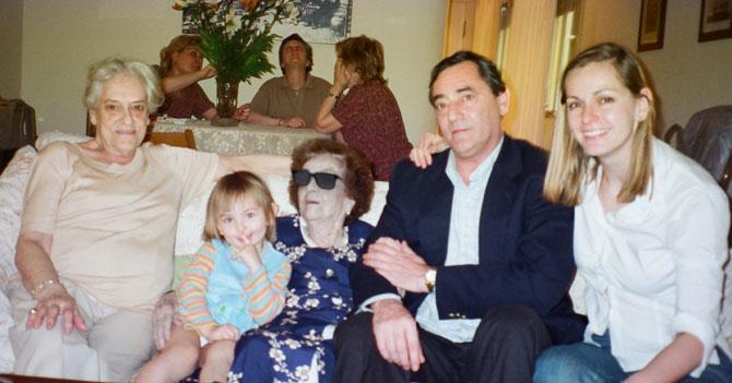 Al no poder pagar el funeral, familia prefiere fingir que la abuela sigue viva