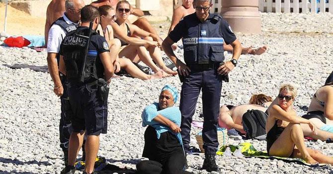 Policía desaloja mujer en Burkini de la playa y salva al mundo del terrorismo