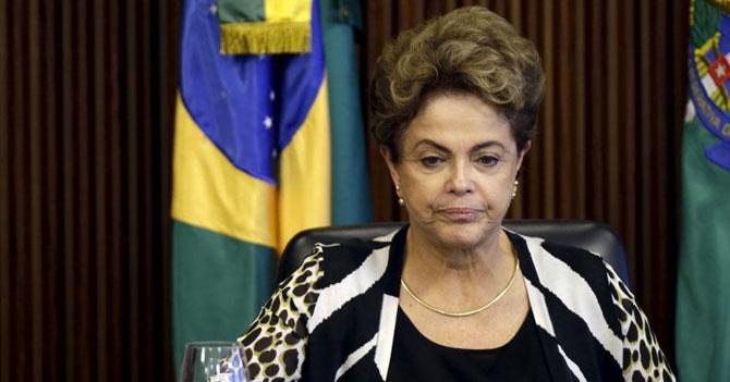 Feministas felices que Dilma se convirtió en primera mujer presidente destituida