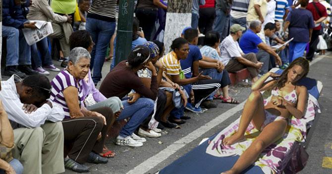 Habitantes de colas de Bicentenarios molestos por llegada de temporadistas