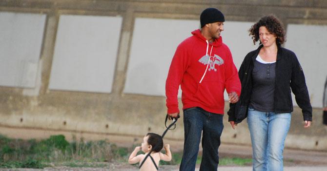 Por falta de pañales, pareja saca a bebé a cagar a la calle